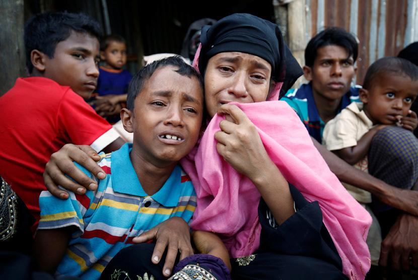 Muslim Rohingya menangis setelah ditangkap oleh Penjaga Perbatasan Bangladesh di perbatasan Cox Bazar, Bangladesh, (21/11). REUTERS/Mohammad Ponir Hossain