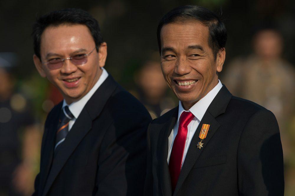 Presiden Joko Widodo (kanan) dan Gubernur DKI Jakarta Basuki Tjahaja Purnama (kiri) menyapa wartawan ketika berjalan menuju ke pesawat kepresidenan di Bandara Internasional Halim Perdanakusuma, Jakarta Timur, Selasa (28/7). Kepala Negara beserta delegasi bertolak ke Singapura untuk melakukan kunjungan kenegaraan selama dua hari dalam rangka meningkatkan hubungan bilateral kedua negara khususnya di bidang ekonomi. ANTARA FOTO/Widodo S. Jusuf/Rei/kye/15.