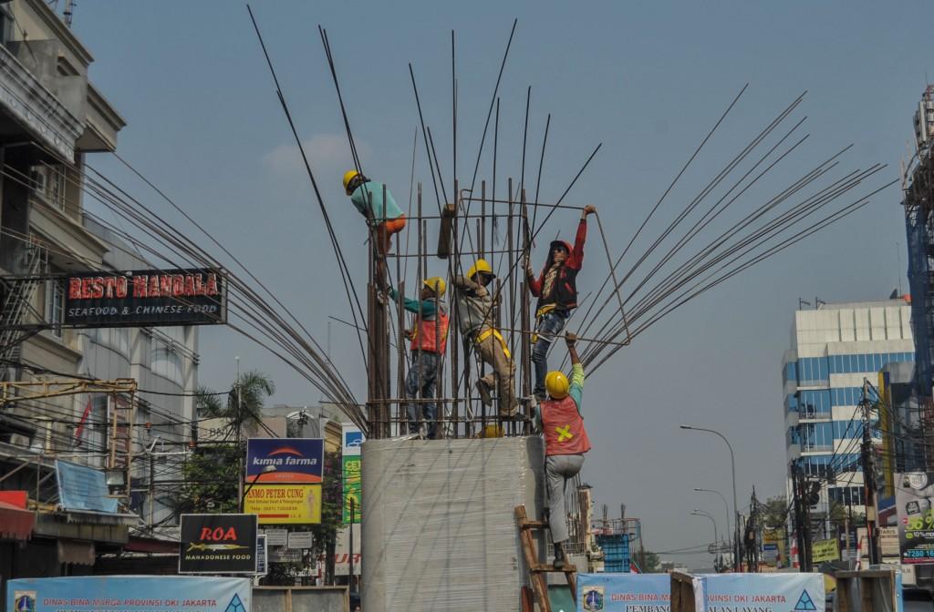Sejumlah pekerja memasang besi cor tiang pada proyek pembangunan jalan layang Tendean-Ciledug di kawasan Santa, Jakarta Selatan. ANTARA FOTO/Paramayuda