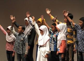 """Anak-anak jalanan dalam Jakarta Philharmonic membawakan sebuah pentas bertajuk """"Musik yang Membebaskan"""" di Goethe Haus, Jakarta. GeoTIMES/ Andrey Gromico"""