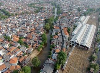 Foto udara kawasan pemukiman padat di bantaran Sungai Ciliwung kawasan Kampung Pulo dan Bukit Duri, Jakarta Timur, Kamis. ANTARA FOTO/Prasetyo Utomo