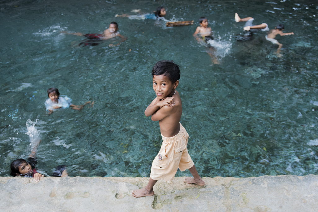 Anak-anak berenang di sumber mata air di Rote Ndao, Nusa Tenggara Timur, Jumat. ANTARA FOTO/M Agung Rajasa