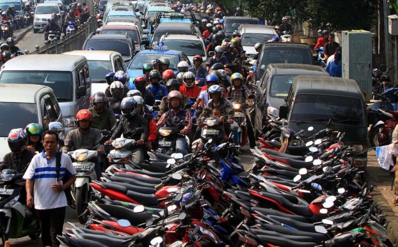 Ilustrasi parkir liar di Jakarta. Sejumlah kendaraan sepeda motor parkir di bahu jala/ANTARA FOTO