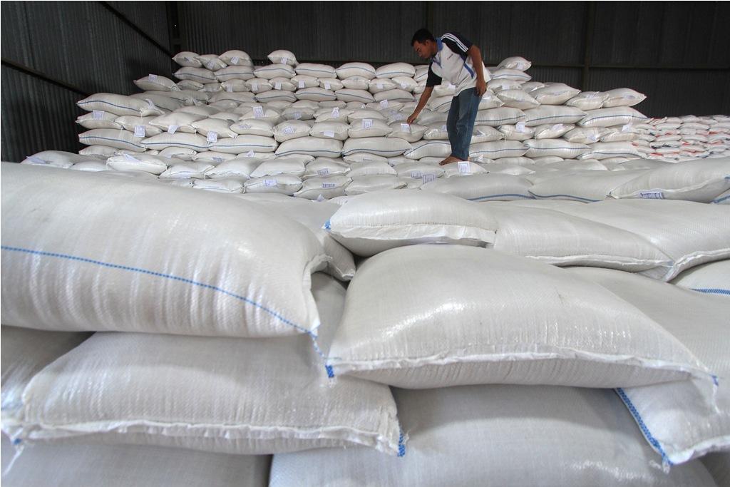 Petugas memeriksa kondisi beras premium yang baru masuk di gudang bulog subdrive Indramayu, Jawa Barat, Rabu (5/8). ANTARA FOTO/Dedhez Anggara