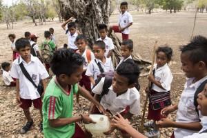 Anak-anak SD Deranitan berebut air minum seusai bermain bola di desa Dolasin, Rote Barat Daya, Nusa Tenggara Timur. ANTARA FOTO/M Agung Rajasa