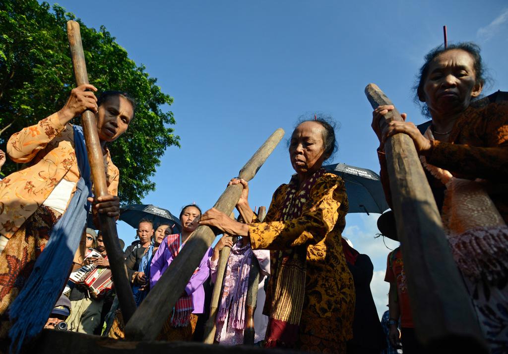 Ibu-ibu dari Jaringan Masyarakat Peduli Pegunungan Kendang memukul alu saat aksi Kamisan ke-392 yang diadakan Jaringan Solidaritas Korban untuk Keadilan di depan Istana Merdeka, Jakarta. ANTARA FOTO/Fanny Octavianus