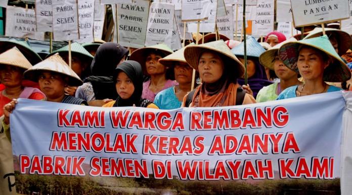 Warga Kabupaten Rembang yang menolak pembangunan pabrik PT. Semen Indonesia membentangkan spanduk dan poster saat berunjuk rasa di Semarang, Jateng. ANTARA FOTO/R. Rekotomo