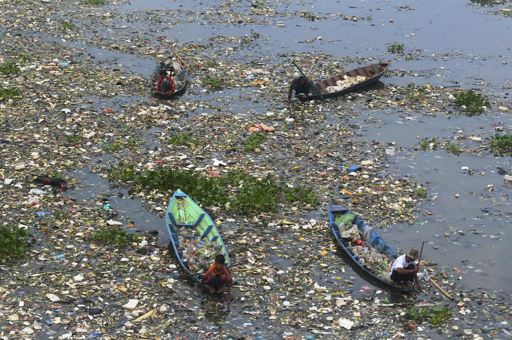 Sejumlah warga mencari sampah plastik di tumpukan sampah pada aliran Sungai Citarum, Batujajar Kabupaten Bandung Barat, Jawa Barat, Jumat (13/6). Menurut Walhi Indonesia, Keberadaan dan keadaan sungai yang termasuk tempat paling beracun di dunia tersebut, masih kritis dan perlu penyelamatan lebih, karena proyek Integrated Citarum Water Resources Management Investment Program (ICWRMIP) disebut-sebut masih kurang maksimal karena dianggap hanya menambah beban utang Indonesia dengan pinjaman. ANTARA FOTO/Novrian Arbi/ss/pd/14