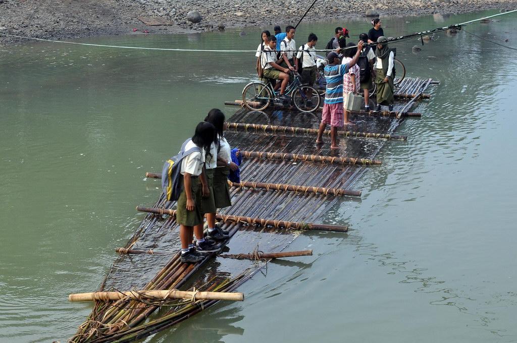 Para pelajar berangkat sekolah menumpang rakit bambu menyeberangi Sungai Bogowonto di Desa Borowetan, Banyuurip, Purworejo, Jateng, Kamis. ANTARA FOTO/ Anis Efizudin