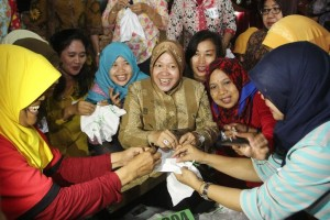 Walikota Surabaya Tri Rismaharini membatik jumputan bersama pada acara Seribu Perempuan Membuat Kain Jumputan Bersama di Surabaya, Jawa Timur. ANTARA FOTO/Didik Suhartono