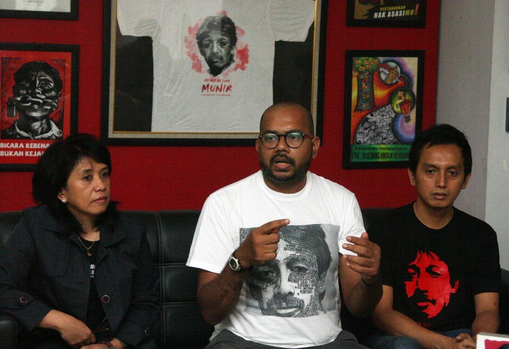 Istri Munir yang juga Ketua Omah Munir Suciwati (kiri) bersama Koordinator Kontras Haris Azhar (tengah) dan Direktur Program Imparsial Al Araf (kanan) memberikan keterangan pers peringatan 11 tahun kasus pembunuhan Munir di kantor Kontras, Jakarta, Minggu (6/9). Mereka meminta pemerintah tidak boleh melindungi pelaku pembunuhan