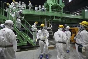 Petugas Tokyo Electric Power (TEPCO) melalukan pengecekan pada reaktor nuklir nomor 4 yang mengalami kebocoran di Fukushima, Jepang. Reuters/ Tomohiro Ohsumi