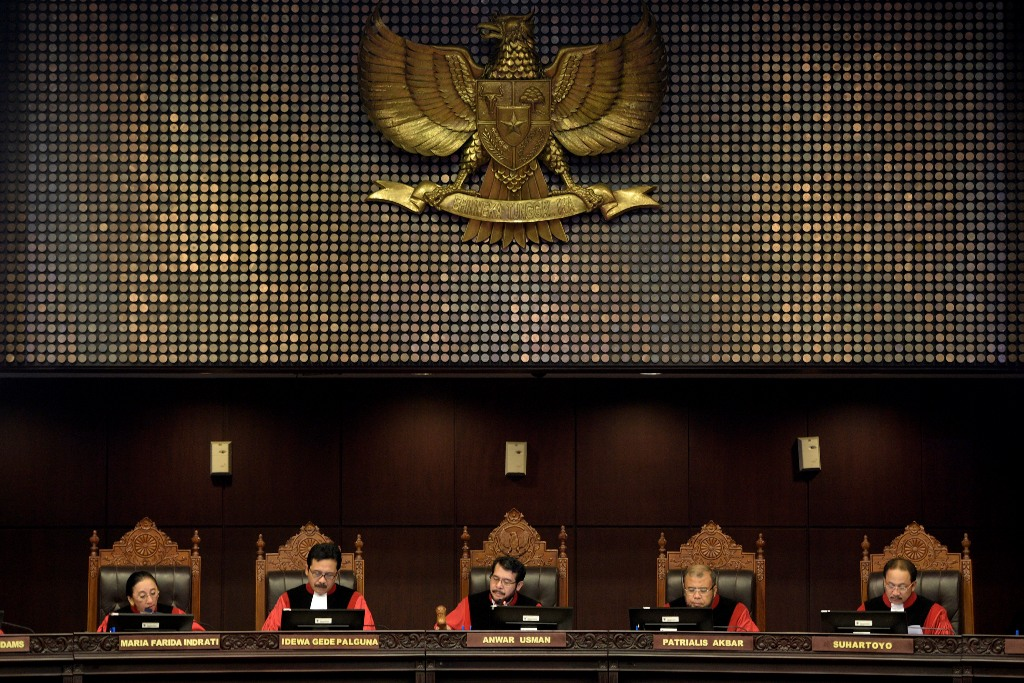 Ketua Majelis Hakim Konsitusi Anwar Usman (tengah) didampingi (kiri-kanan) Hakim Konstitusi Maria Farida, I Dewa Gede Palguna, Patrialis Akbar, Suhartoyo memimpin sidang di Mahkamah Konstitusi, Jakarta, Selasa (8/9).