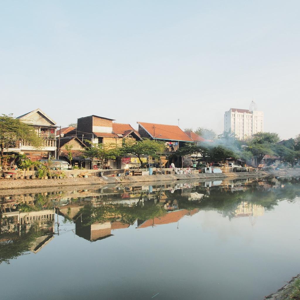 Bantaran sungai yang tertata rapih di sekitar jalan Darmo, Surabaya. GeoTIMES/Idham Rahmanarto