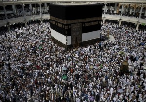 Umat muslim beribadah mengelilingi Kabah di Masjidil Haram menjelang ibadah haji di Makkah