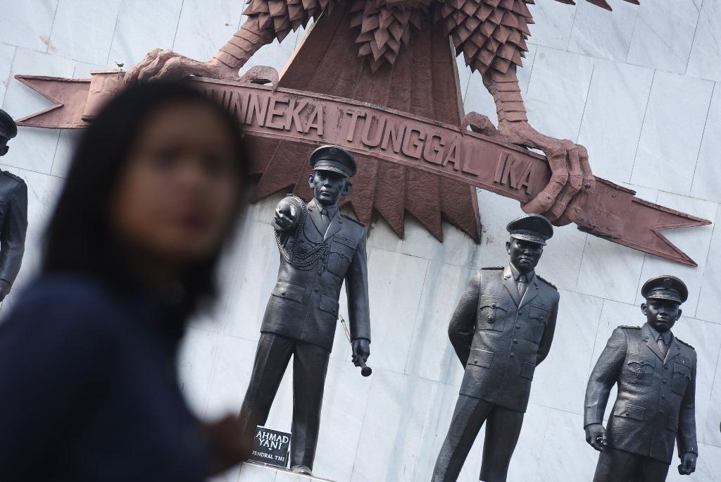 Warga mengamati Monumen Pancasila Sakti yang terdiri dari tujuh Pahlawan Revolusi yang dibunuh anggota PKI (Partai Komunis Indonesia) di Kompleks Monumen Pancasila Sakti, Jakarta, Selasa (29/9). Untuk mengenang peristiwa Gerakan 30 September 1965 oleh PKI (G30S/PKI) setiap tanggal 1 Oktober diperingati sebagai hari Kesaktian Pancasila. ANTARA FOTO/Hafidz Mubarak A/foc/15.