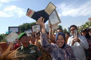 Walikota Surabaya, Tri Rismaharini mengangkat penghargaan Internasional dari Perserikatan Bangsa Bangsa (PBB) di Balai kota Surabaya, Jawa Timur. ANTARA FOTO/ M Risyal Hidayat
