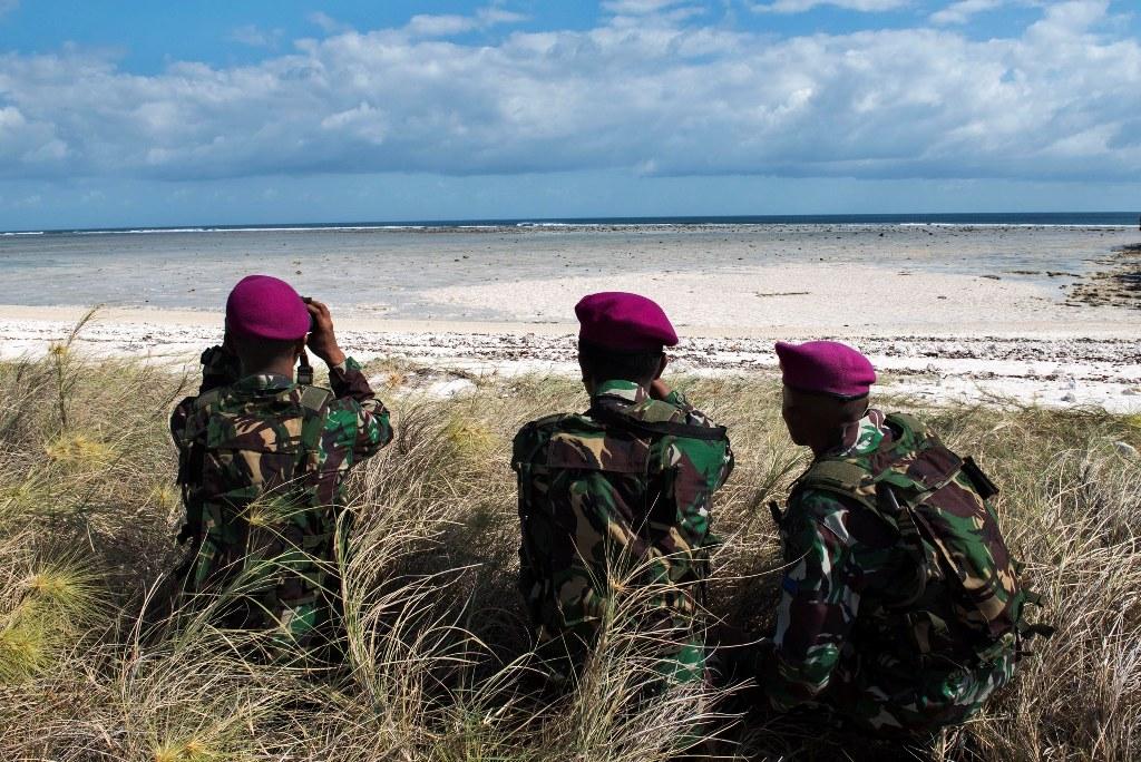 Sejumlah prajurit TNI yang tergabung dalam Satgas Pengamanan Pulau terluar XVII melakukan patroli di pulau Ndana, Rote Barat Daya, Nusa Tenggara Timur, Sabtu (15/8). ANTARA FOTO/M Agung Rajasa