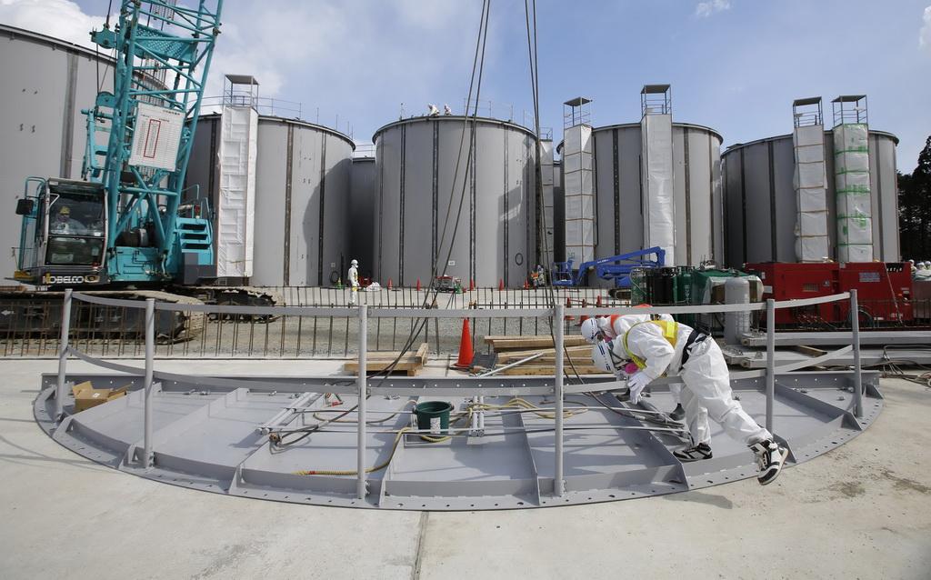 Petugas PLTN memeriksa keadaan reaktor nuklir di Fukushima, Jepang. Reuters