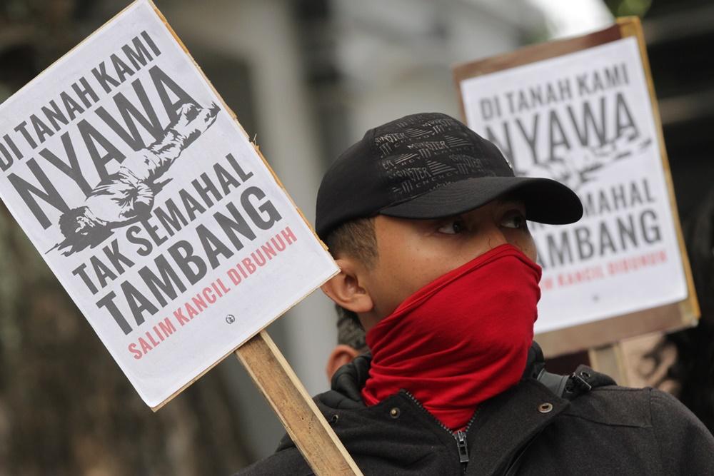 Pegiat lingkungan yang tergabung dalam Tunggal Roso melakukan aksi solidaritas terhadap pembunuhan petani penolak tambang pasir Lumajang bernama Salim Kancil di depan Balaikota Malang, Jawa Timur, Senin (28/9). Mereka menuntut kepolisian mengusut tuntas serta menangkap aktor intelektual dibalik kasus pembunuhan tersebut sesuai temuan Kontras dan Walhi. ANTARA FOTO/Ari Bowo Sucipto
