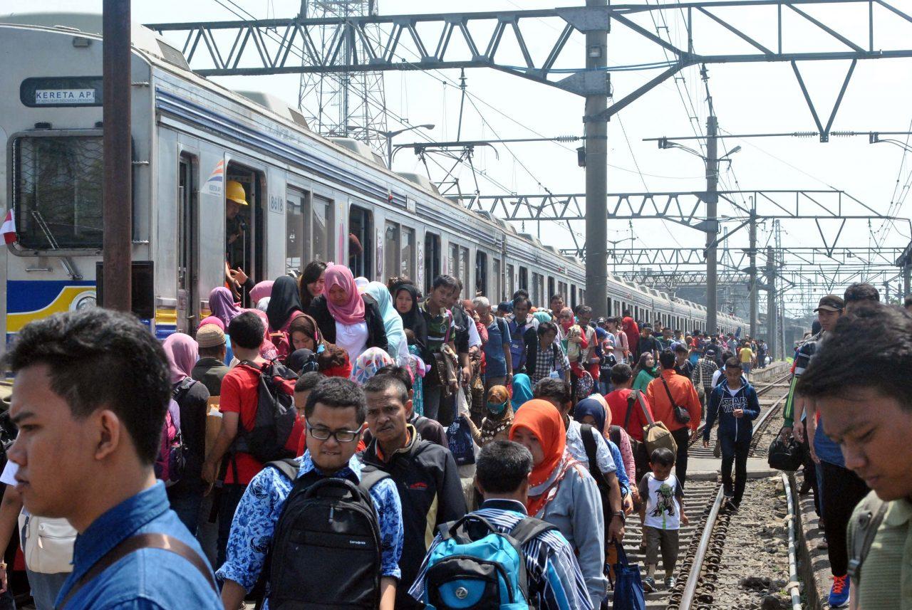 Sejumlah penumpang turun dari KRL Commuter Line Jakarta-Bogor di Stasiun Besar Bogor, Jawa Barat, Senin (17/8). Dalam rangka memperingati HUT ke-70 Kemerdekaan RI, PT KAI Commuter Jabodetabek (KCJ) memberikan tiket gratis mulai pukul 08.00-17.00 WIB berlaku untuk 884 perjalanan dari 69 rangkaian kereta yang dilayani perseroan di seluruh wilayah Jabodetabek. ANTARA FOTO/Arif Firmansyah/nz/15