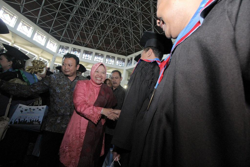 Walikota Surabaya Tri Rismaharini (tengah) memberikan ucapan selamat kepada wisudawan di Institut Teknologi Sepuluh Nopember (ITS) Surabaya, Jawa Timur, Minggu (13/9). Kedatangnnya tersebut turut menghadiri acara Wisuda ke- 112 ITS Program Magister, Sarjana, Diploma dan Politeknik. ANTARA FOTO/Didik Suhartono/nz/15