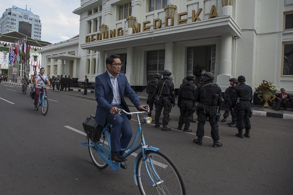 Walikota Bandung Ridwan Kamil menggunakan sepeda onthelnya melakukan peninjauan persiapan peringatan ke-60 Tahun Konferensi Asia Afrika Tahun 2015 di Jalan Asia Afrika, Bandung, Jawa Barat, Kamis (23/4). Berbagai persiapan terus dilakukan untuk lancarnya acara puncak Peringatan ke-60 KAA yang akan berlangsung di Bandung pada tanggal 24 April. ANTARA FOTO/aacc2015/Widodo S. Jusuf/nz/15.