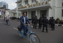 Walikota Bandung Ridwan Kamil menggunakan sepeda onthelnya melakukan peninjauan persiapan peringatan ke-60 Tahun Konferensi Asia Afrika 2015 di Jalan Asia Afrika, Bandung, Jawa Barat. ANTARA FOTO/ Widodo S. Jusuf