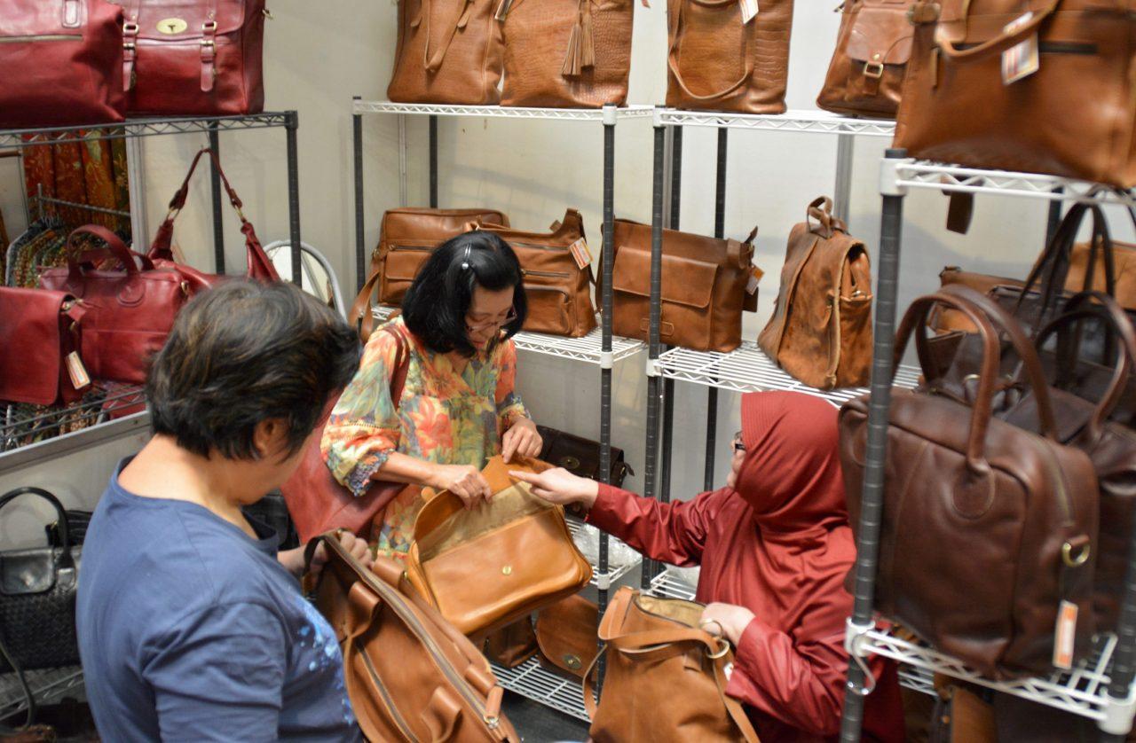 """Pengunjung memilih tas pada pameran kerajinan tangan """"Batikraft Vaganza"""" di Semarang, Jateng, Rabu (26/8). UMKM diharapkan bisa meningkatkan ekonomi dan terbukti berhasil menyelamatkan ekonomi dari situasi krisis. ANTARA FOTO/R. Rekotomo/ama/"""