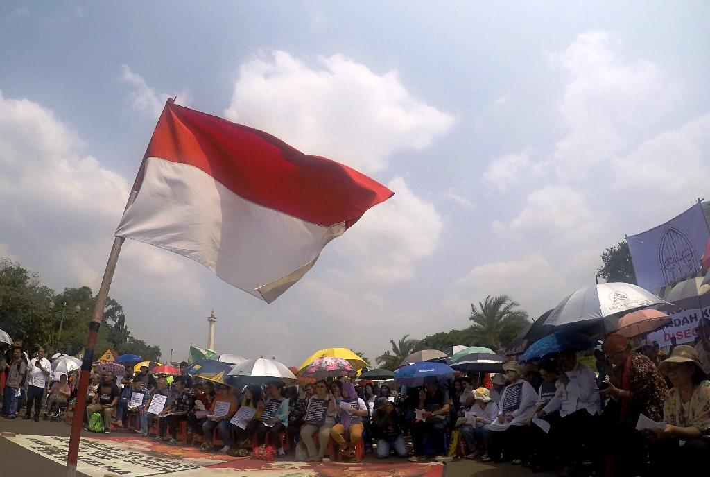 Ratusan Jemaat Gereja Kristen Indonesia (GKI) Yasmin dan Gereja Huria Kristen Batak Protestan (HKBP) Filadelfia melakukan ibadah ke 100 dan aksi diam di depan Istana Negara, Jakarta, Kamis (29/5). Ibadah ke 100 kali itu merupakan aksi protes terhadap penyegelan yang dilakukan oleh pemerintah kota Bekasi dan Bogor.ANTARA FOTO/M Agung Rajasa/pd/15.