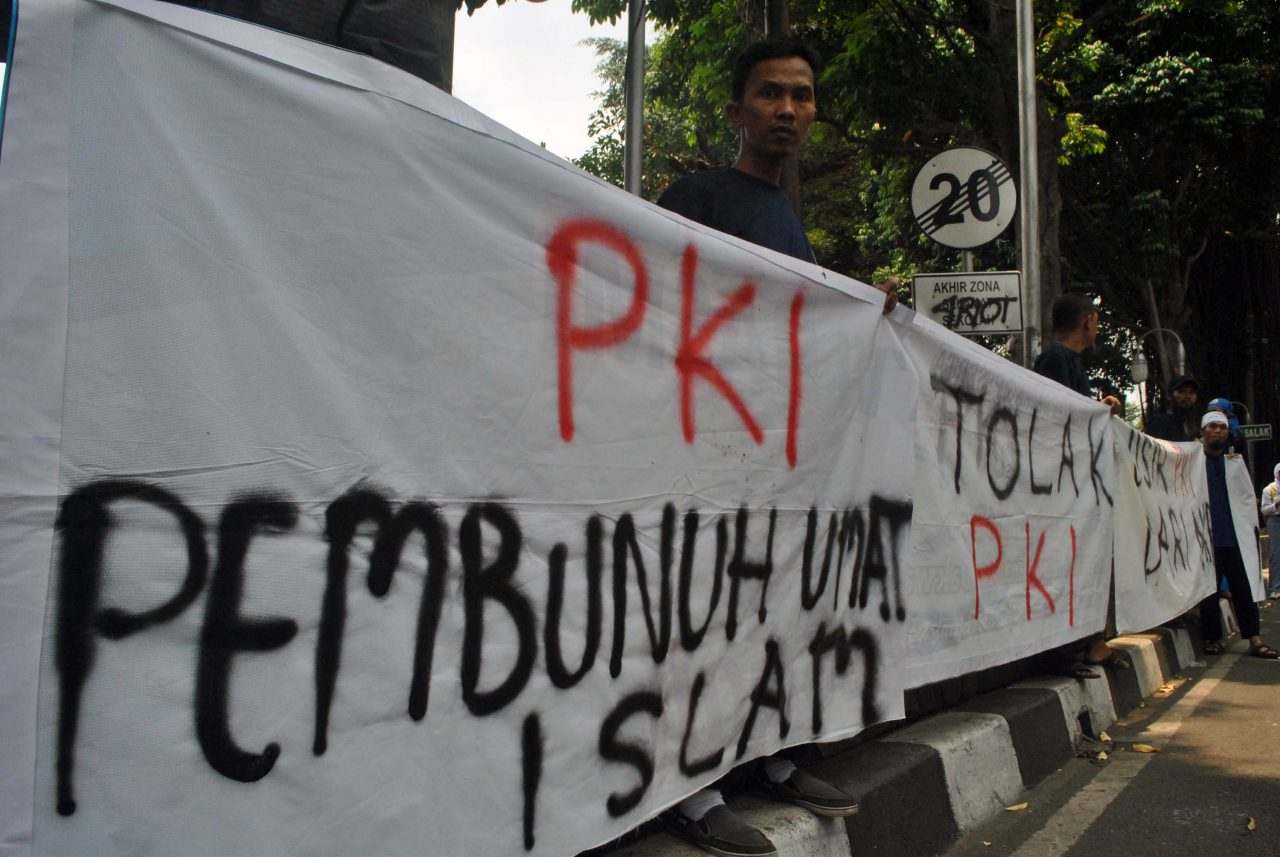 Massa yang tergabung dalam Forum Umat Islam, Dewan Dakwah Islamiyah Indonesia dan MUI Kota Bogor melakukan aksi penolakan terhadap paham komunis PKI di Gedung DPRD Kota Bogor, Jawa Barat, Rabu (30/9). Mereka menuntut pemerintah melalui anggota DPR dan MPR untuk tetap melarang paham komunisme gaya baru dan mempertahankan Tap MPRS No.25 tahun 1966 tentang pelarangan PKI dan ormas dibawahnya. ANTARA FOTO/Arif Firmansyah/nz/15
