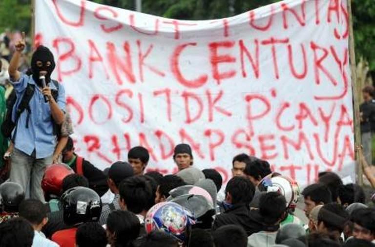 USUT KASUS CENTURY. Sejumlah mahasiswa Universitas Islam Negeri (UIN) Makassar berunjukrasa di depan kampus mereka, Makassar, Senin (8/3). ANTARA FOTO