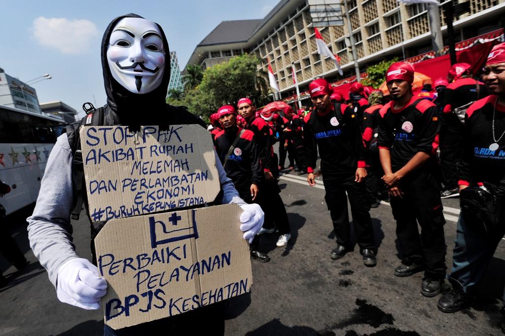 Buruh mengikuti aksi menuju Istana Merdeka ketika melakukan aksi unjuk rasa di Jalan MH Thamrin, Jakarta, Selasa (1/9). Aksi buruh dari berbagai elemen itu menuntut pemerintah mengeluarkan regulasi untuk melindungi buruh , perbaikan kesehatan serta jaminan Hari Tua. ANTARA FOTO/Wahyu Putro A/nz/15
