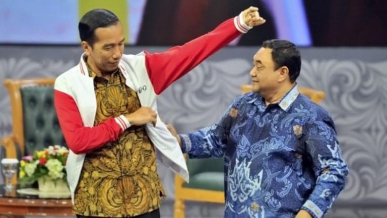 Presiden Joko Widodo (kiri) menerima jaket media dari Ketua Persatuan Wartawan Indonesia (PWI) Pusat Margiono (kanan) saat acara Silaturahim Pers Nasional di Jakarta, 27 April 2015. ANTARA FOTO/Yudhi Mahatma