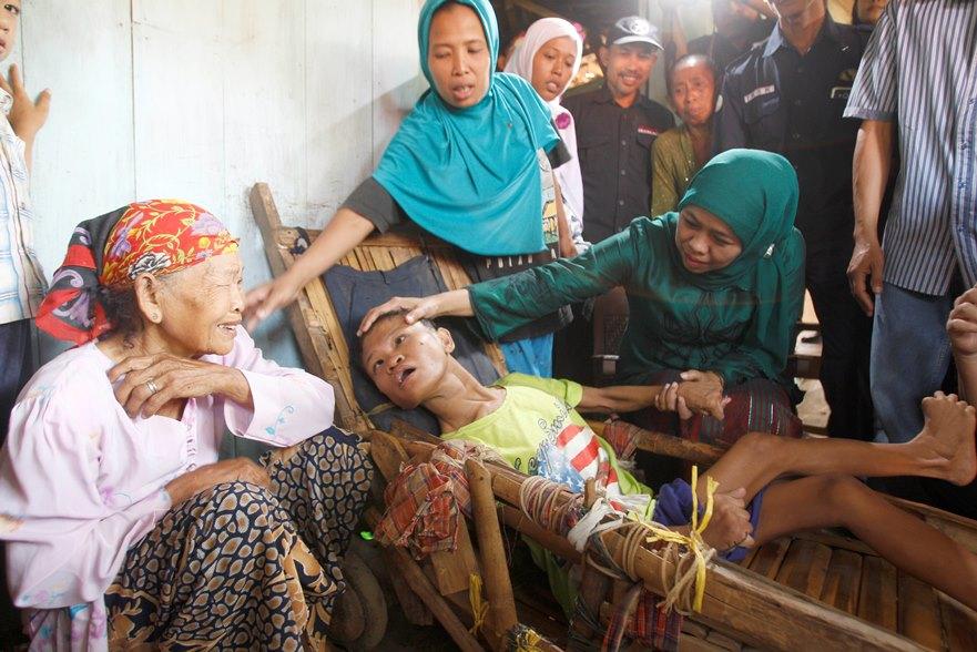 Menteri Sosial Khofifah Indar Parawansa (kanan) melakukan kunjungan ke rumah warga Desa Tanjungrejo, Margosoyo, Pati, Jawa Tengah, Minggu (11/10) yang berhak menerima Program Keluarga Harapan (PKH). PKH merupakan Progran Perlindungan Sosial yang memberikan Bantuan tunai kepada Rumah Tangga Sangat Miskin (RTSM) yang bertujuan untuk mengurangi beban RTSM sehingga diharapkan dapat memutus mata rantai kemiskinan antar generasi. Mensos juga menyisir kemasyarakat secara langsung Kartu Perlindungan Sosial (KPS). ANTARA FOTO/Tisna