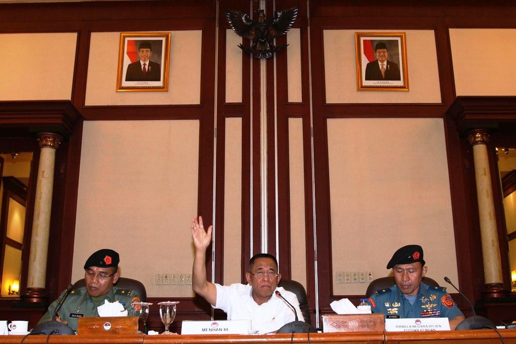 Menteri Pertahanan Ryamizard Ryacudu (tengah) didampingi Direktur Bela Negara Direktorat Jenderal Potensi Pertahanan (Pothan) Laksma TNI M. Faisal (kanan) dan Sekretaris Direktur Jenderal Potensi Pertahanan (Pothan) Brigjen TNI Eko Budi (kiri) memberikan paparan terkait pembentukan kader bela negara di Jakarta, Senin (12/10). Kementerian pertahanan akan membentuk 4.500 kader pembina bela negara di 45 kabupaten/kota di seluruh Indonesia yang melibatkan peran seluruh kementerian/lembaga dan komponen bangsa lainnya dengan tujuan untuk mewujudkan Indonesia yang kuat. ANTARA FOTO/Rivan Awal Lingga/aww/15.