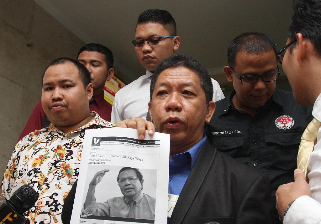 Pakar Komunikasi Politik Effendi Gazali (tengah) didampingi penasehat hukumnya menunjukkan contoh surat kutipan media kepada wartawan usai menjalani pemeriksaan di Bareskrim Mabes Polri, Jakarta, Senin (5/10). Effendi Gazali diperiksa sebagai saksi yang meringankan untuk kasus dugaan pencemaran nama baik hakim Pengadilan Negeri Jakarta Selatan, Sarpin Rizaldi, dengan tersangka Taufiqurrahman dan Ketua KY Suparman Marzuki. ANTARA FOTO/Reno Esnir/foc/15.