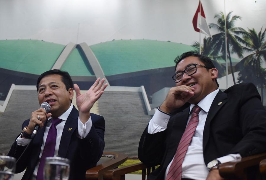 Ketua DPR Setya Novanto (kiri) didampingi Wakil Ketua DPR Fadli Zon (kanan) melakukan konferensi pers terkait pelaksanaan Ibadah Haji pimpinan DPR di Kompleks Parlemen Senayan, Jakarta, Rabu (30/9). ANTARA FOTO/Hafidz Mubarak A