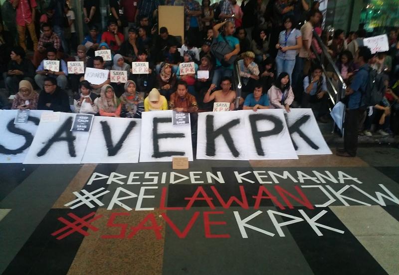 Koalisi Masyarakat Sipil Anti Korupsi menyusun poster bertuliskan 'SAVE KPK' di Gedung KPK Jakarta, Jumat (23/1). Mereka menuntut Mabes Polri membebaskan Wakil Ketua KPK Bambang Widjojanto yang ditangkap pihak kepolisian. The Geotimes/Reja Hidayat