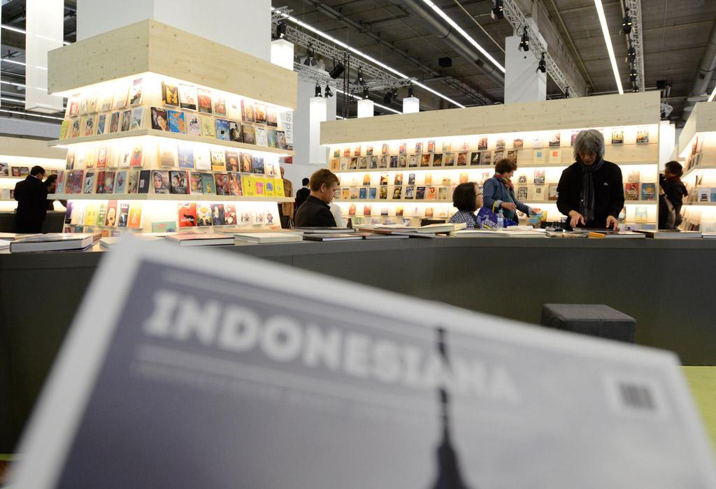 Pengunjung mengamati buku yang dipamerkan di stan buku Indonesia dalam 'Frankfurt Book Fair 2015' di Frankfurt, Jerman, Kamis (15/10). Dalam pameran buku terbesar sedunia yang diikuti lebih dari 100 negara itu Indonesia menjadi tamu kehormatan dengan tema '17.000 Islands of Imagination'. ANTARA FOTO/Fanny Octavianus/kye/15.