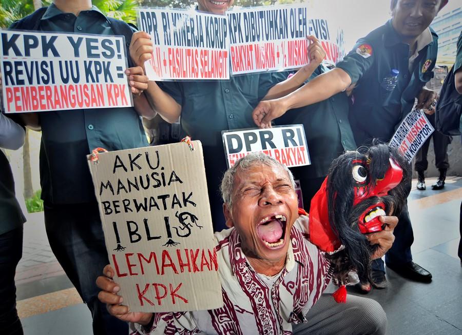 Pengunjuk rasa yang tergabung dalam LSM Anti Mafia Hukum melakukan aksi damai menolak revisi RUU KPK di depan gedung KPK, Jakarta, Senin (12/10). Mereka menolak Revisi RUU nomor 30 tahun 2002 yang dianggap melemahkan tugas dan fungsi KPK sebagai lembaga pemberantas korupsi. ANTARA FOTO/Yudhi Mahatma