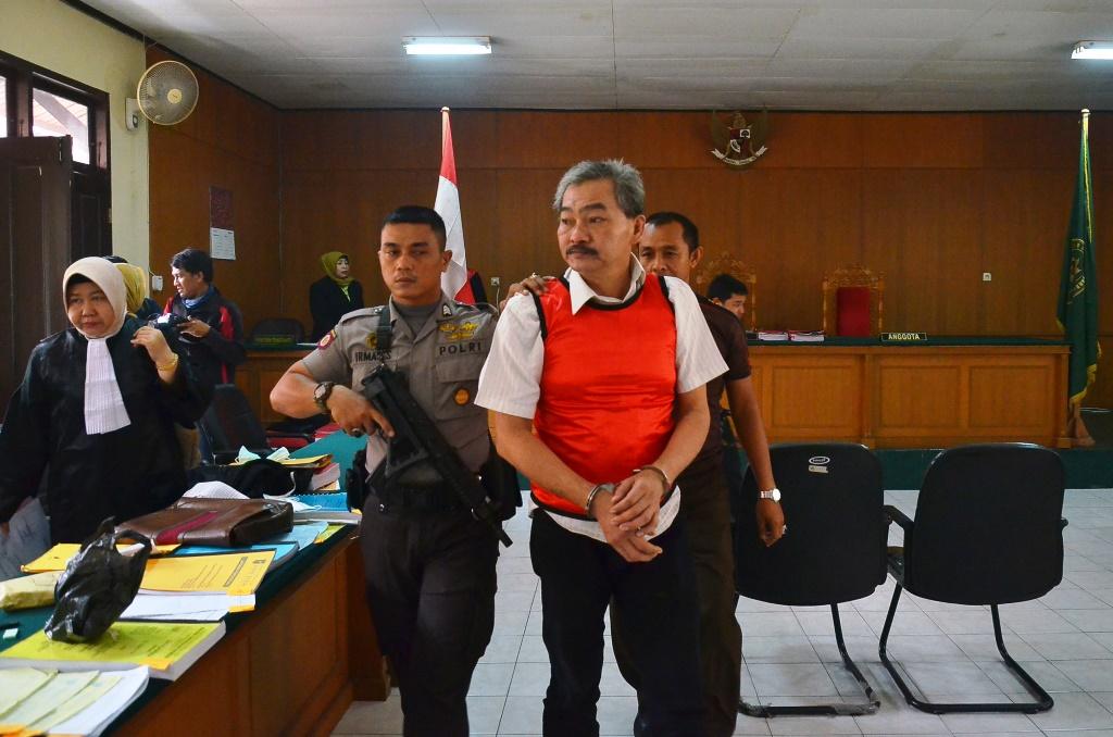 Terpidana warga Negara asal Malaysia, Ng Huk Kwan alias Jimmy dikawal petugas Kepolisian usai menjalani sidang dengan agenda putusan vonis di Pengadilan Negeri (PN) Pekanbaru, Riau, Selasa (15/9). Majelis Hakim menyatakan Ng Huk Kwan alias Jimmy bersalah dalam kasus penyelundupan narkotika jenis sabu-sabu seberat 46,5 kilogram, dan divonis hukuman mati. ANTARA FOTO/Wahyudi/FBA/ama/15.