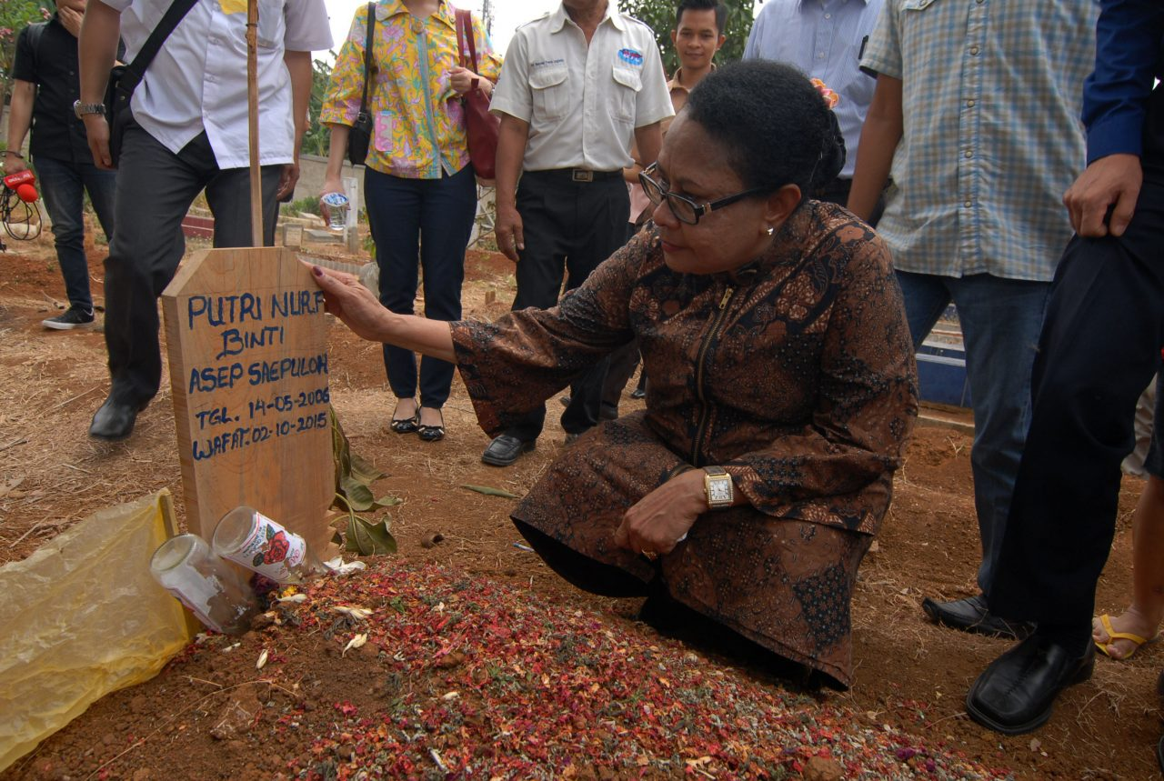 Menteri Pemberdayaan Perempuan dan Perlindungan Anak Yohana Yembise berdoa di makam Putri Nur Fauziah seorang anak korban pembunuhan disertai tindak kejahatan asusila, di Kalideres, Jakarta Barat, Rabu (7/10). Yohana berdoa untuk Putri Nur Fauziah yang dimakamkan di Tempat Pemakaman Umum (TPU) Kober, dan meminta kepolisian mengusut tuntas kasus pembunuhan tersebut. ANTARA FOTO/Lucky R./15