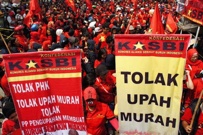 Buruh yang tergabung dalam Federasi Persatuan Perjuangan Buruh Kongres Aliansi Serikat Buruh Indonesia (FPPB KASBI) Bandung Raya berunjuk rasa di depan Gedung Sate Bandung, Jawa Barat, Selasa (24/11). Unjuk rasa dilakukan sebagai bentuk penolakan terhadap PP nomor 78 Tahun 2015. ANTARA FOTO