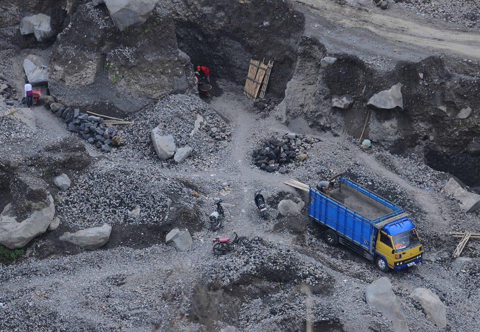 Sejumlah penambang pasir beraktivitas di area pertambangan pasir Sungai Woro, Balerante, Klaten, Jawa Tengah, Kamis (12/11). ANTARA FOTO