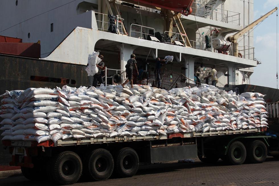 Sejumlah pekerja menurunkan karung berisi beras impor dari kapal HM Vosco berbendera Vietnam di Pelabuhan Indah Kiat, Merak, Banten, Sabtu (14/11). Pemerintah kembali mendatangkan beras impor 1,5 juta ton dari Thailand dan Vietnam sebagai cadangan beras untuk kebutuhan di dalam negeri guna mengantisipasi lonjakan harga beras dampak cuaca ekstrem El Nino. ANTARA FOTO/Asep Fathulrahman