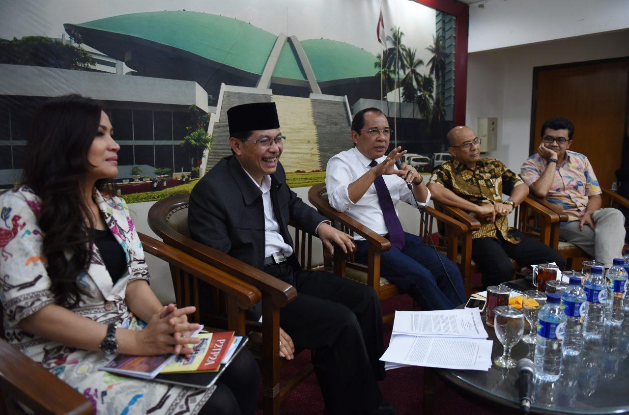 Sekjen Komisi Perlindungan Anak Indonesia (KPAI) Erlinda (kiri) bersama Anggota Komisi VIII DPR Fraksi NasDem Khoirul Muna (kedua kiri), Anggota Komisi III DPR Fraksi NasDem Akbar Faisal (kedua kanan) dan Sekretaris Fraksi NasDem DPR Syarif Abdullah Alkadrie (kedua kanan), dan pakar psikologi forensik Reza Indragiri menjadi pembicara dalam diskusi tentang efektivitas Perppu Kebiri bagi pelaku kejahatan seksual terhadap anak (paedofil) di Kompleks Parlemen Senayan, Jakarta, Kamis (22/10). Hukuman kebiri terhadap pelaku paedofil untuk memberikan efek jera yang diusulkan pemerintah masih menjadi pro kontra hingga saat ini. ANTARA FOTO/Hafidz Mubarak A./nz/15