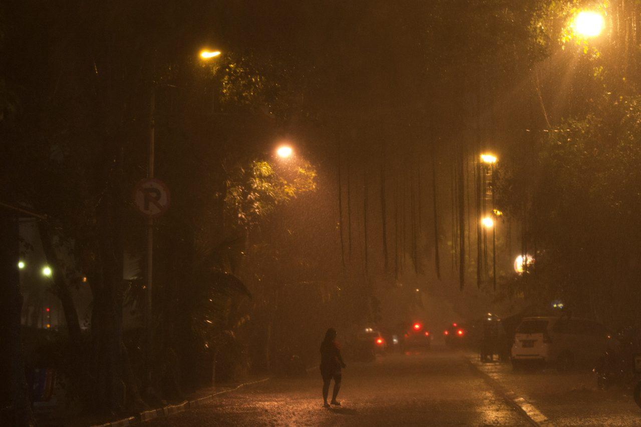 Warga menggunakan payung ketika hujan lebat turun di Jakarta, Senin (2/11). Sejumlah wilayah di Jakarta mulai guyur hujan yang cukup deras dengan adanya hujan tersebut diharapkan dapat mengatasi kekeringan di beberapa wilayah.ANTARA FOTO/Muhammad Adimaja/pd/15