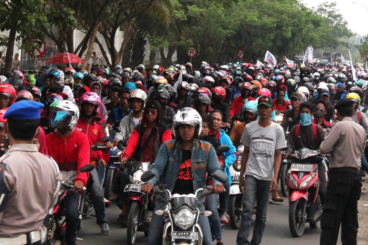 Ribuan buruh dari berbagai aliansi se-Banten melakukan 'longmars' di Alun-alun Serang, Selasa (3/11). Mereka menggelar aksi unjuk rasa untuk menolak Peraturan Pemerintah Nomor 78 Tahun 2015 tentang Pengupahan yang menjadi dasar formula perhitungan upah minimum provinsi (UMP) serta menuntut perhitngan pengupahan yang lebih baik. ANTARA FOTO/Asep Fathulrahman/pd/15