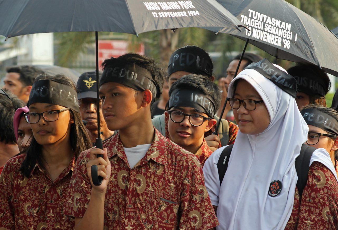 Sejumlah siswa SMA mengikuti aksi Kamisan ke-417 di depan Istana Negara, Jakarta, Kamis (29/10). Dalam aksinya mereka mengajak anak muda zaman sekarang untuk peduli terhadap kasus-kasus Hak Asasi Manusia (HAM) di Indonesia. ANTARA FOTO/M. Ali Wafa/foc/15.